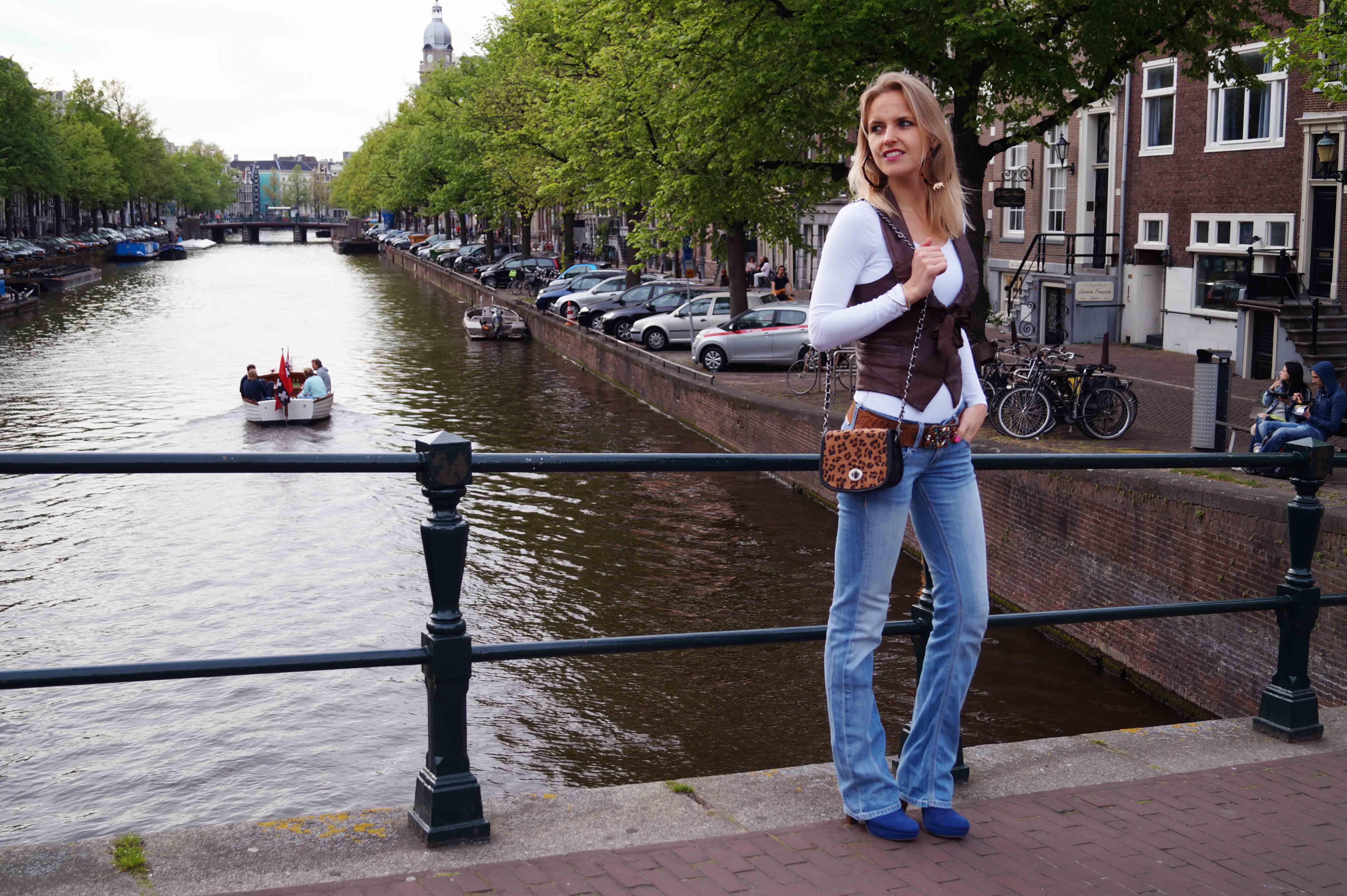 Bag at You - Fashion Blog - Leopard bag jeans leather gilet blue heels leopard earrings - Standing on the canals