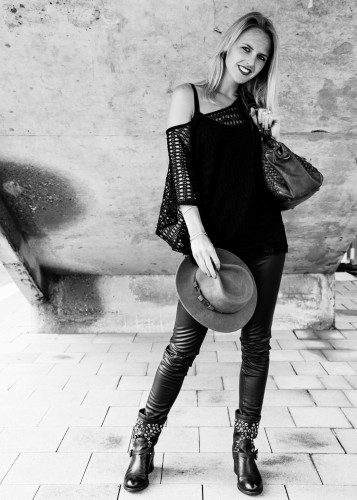 Bag-at-You---Fashion-blog---Campomaggi-bag---Leather---Woman-needs---Black-white-picture