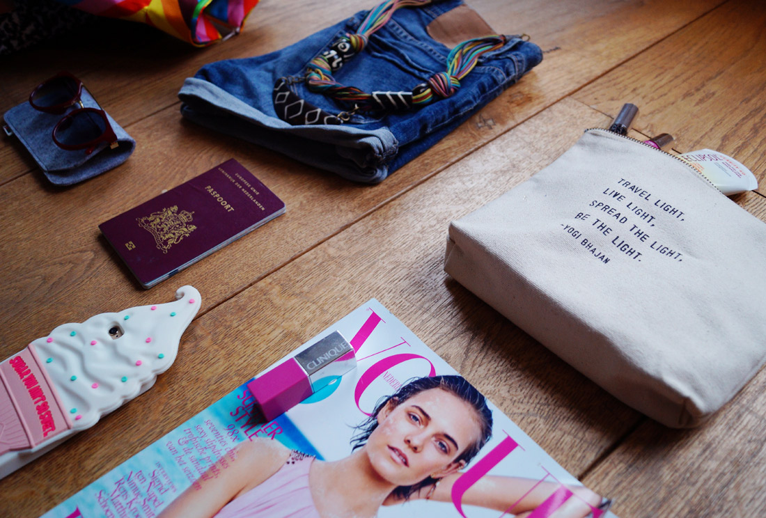 Bag-at-You---Fashion-blog---What-to-put-in-your-travel-bag---passport-vogue