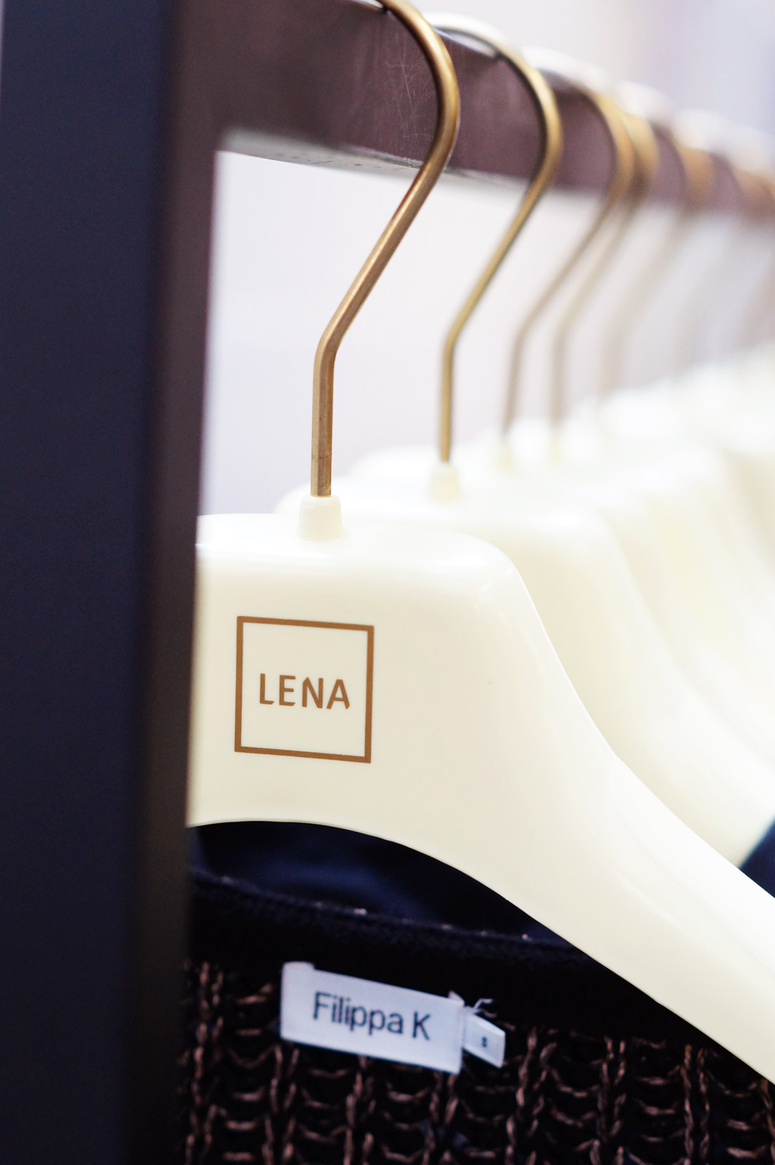 Bag-at-You---Fashion-blog---LENA-FASHION-LIBRARY---Clothes-hanger