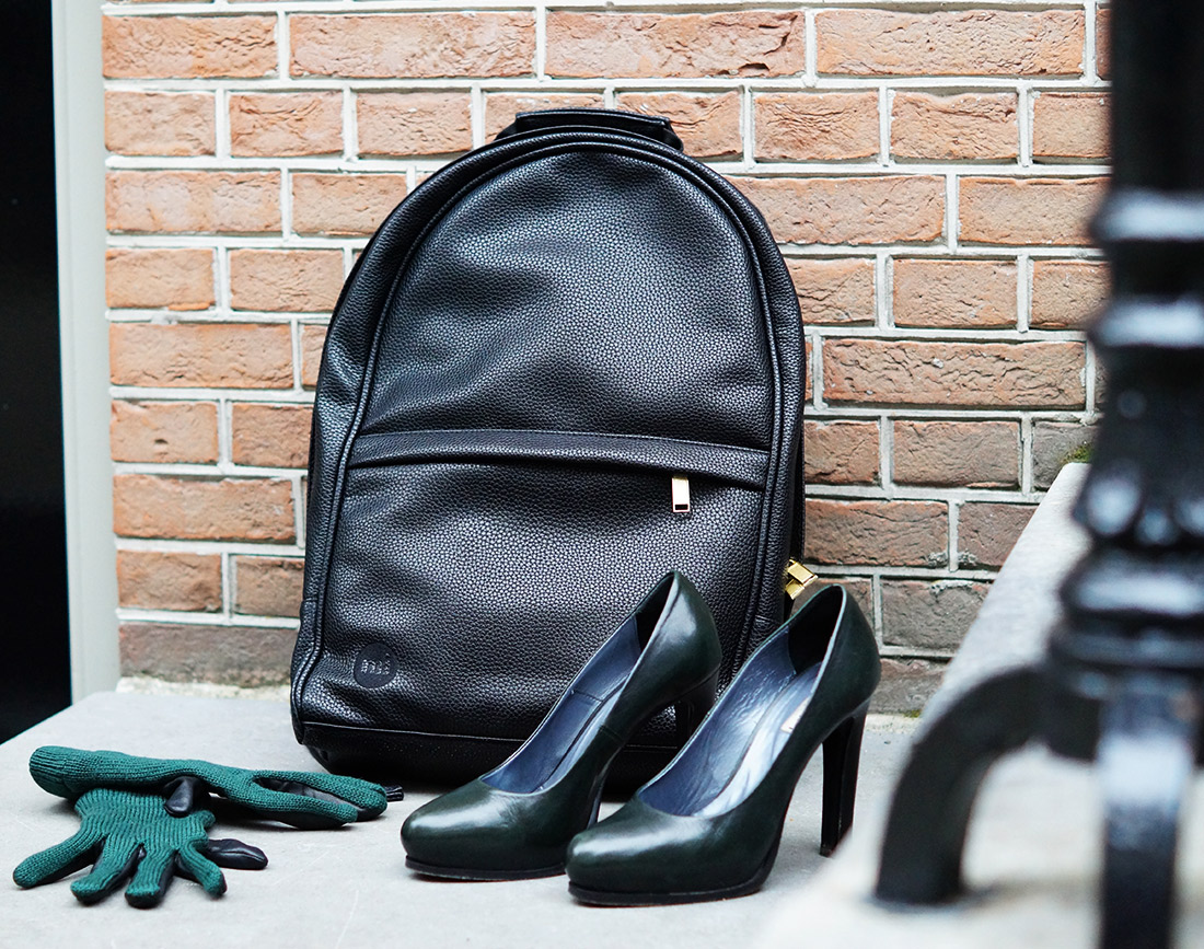 Bag-at-You---Fashion-blog---Mi-Pac-Backpack-Maxwell-Black---Green-Pumps-and-gloves---Autumn-in-Amsterdam