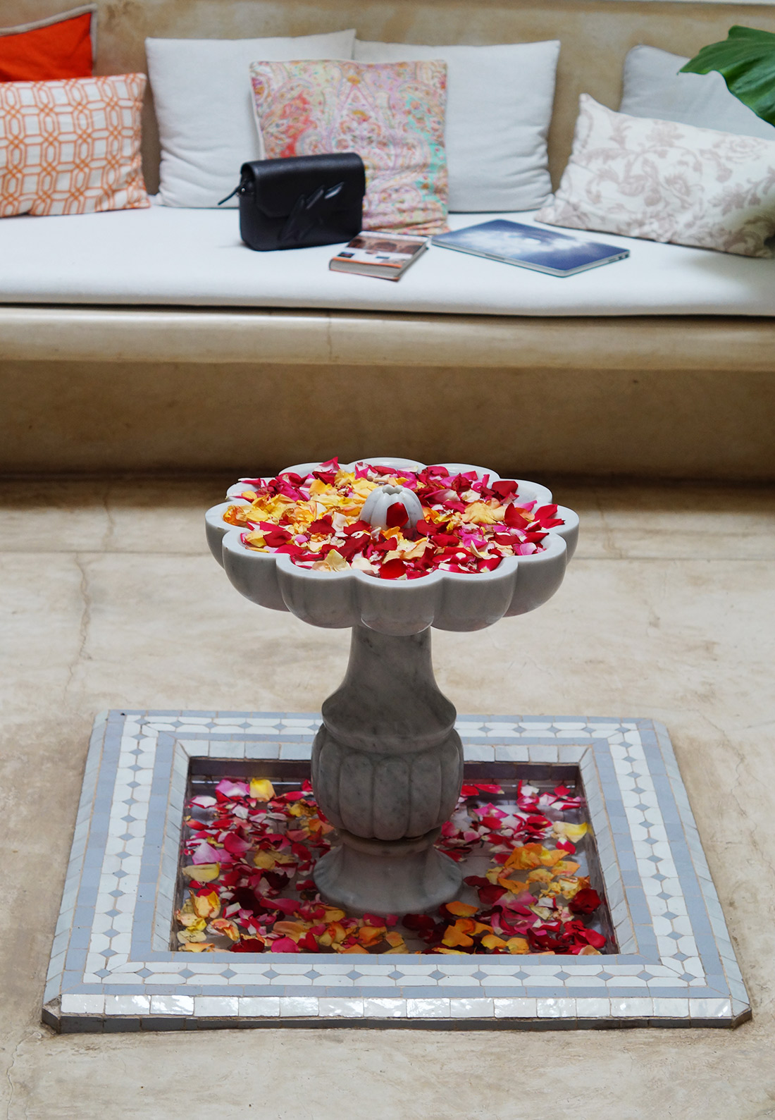 Bag-at-You---Fashion-blog---Riad-Tawargit---Marrakesh---Grand-patio---Flowers