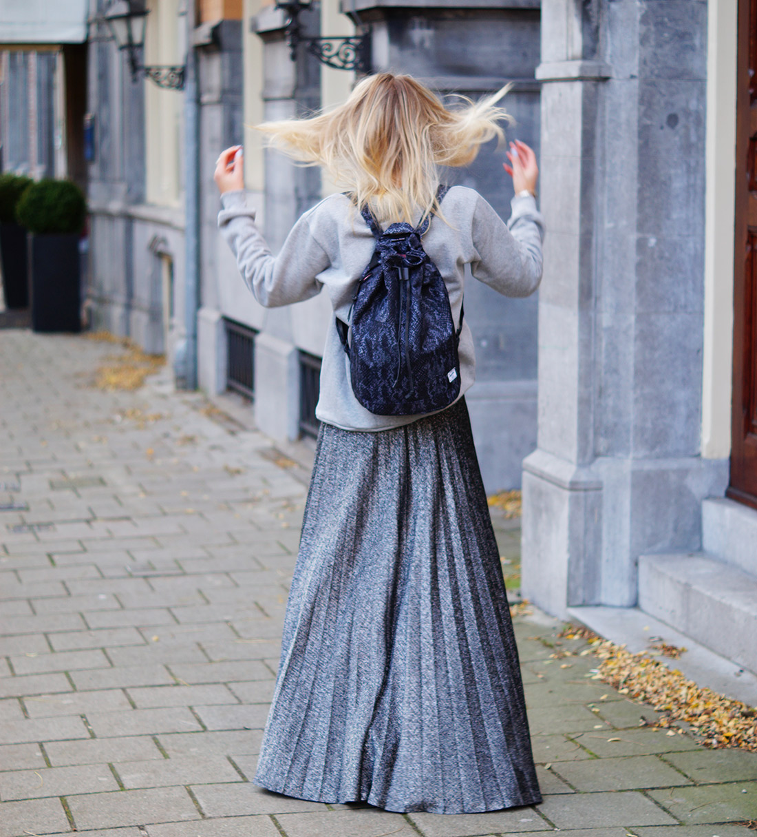Bag-at-you---Fashion-blog---Herschel-Hanson-Bag---Grey-sweater---Hair-dancing