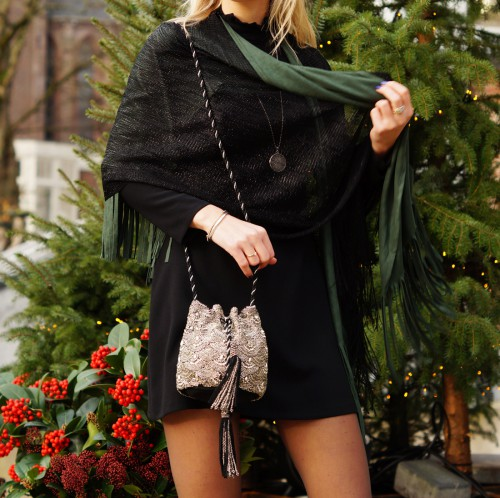 Bag-at-You---Fashion-blog---Christmas-outfit-and-glitter-bag---Spicy-Scarves-cape