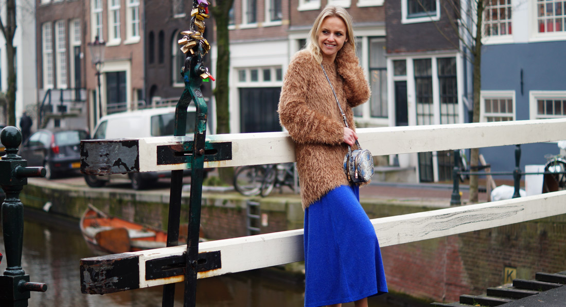 Bag-at-you---fashion-blog---Round-bag-trend-blue-skirt