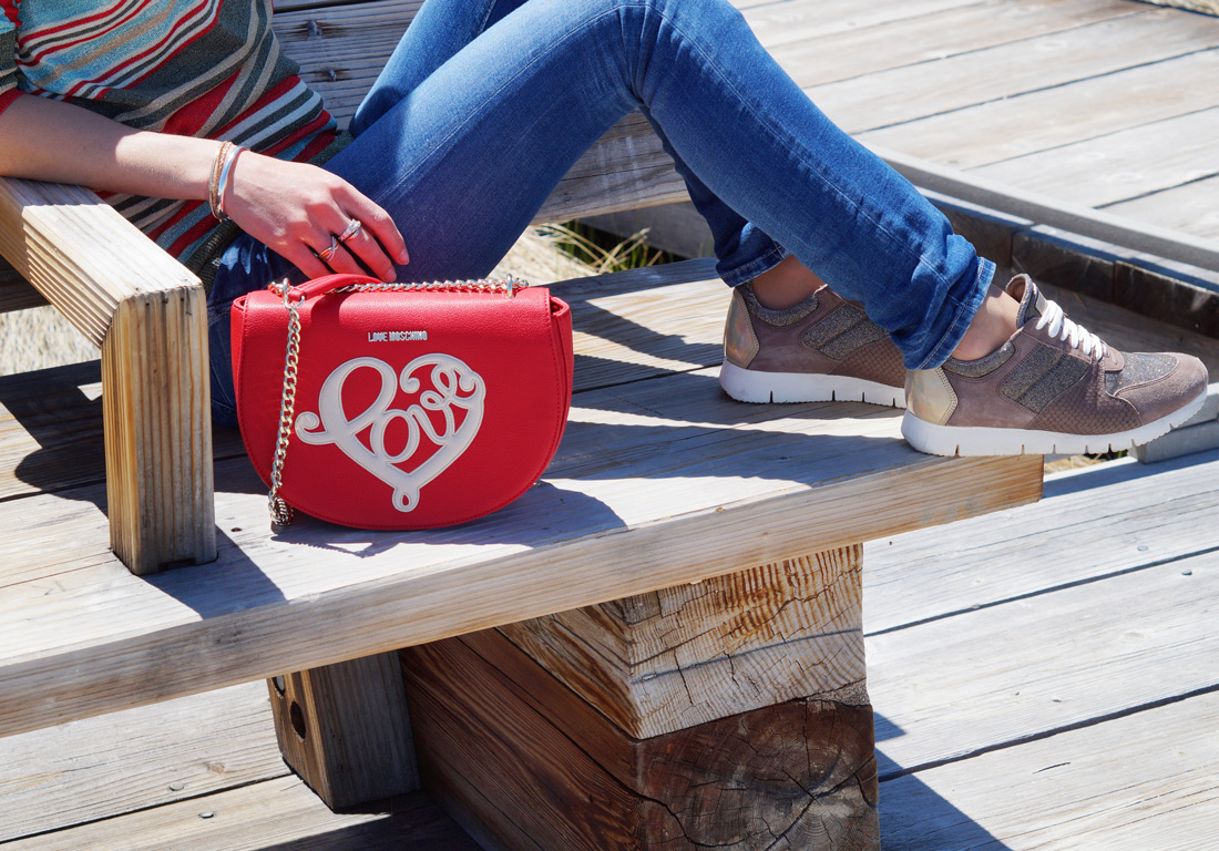 Bag-at-you---Fashion-blog---Moschino-Red-Bag---Unisa-sneakers