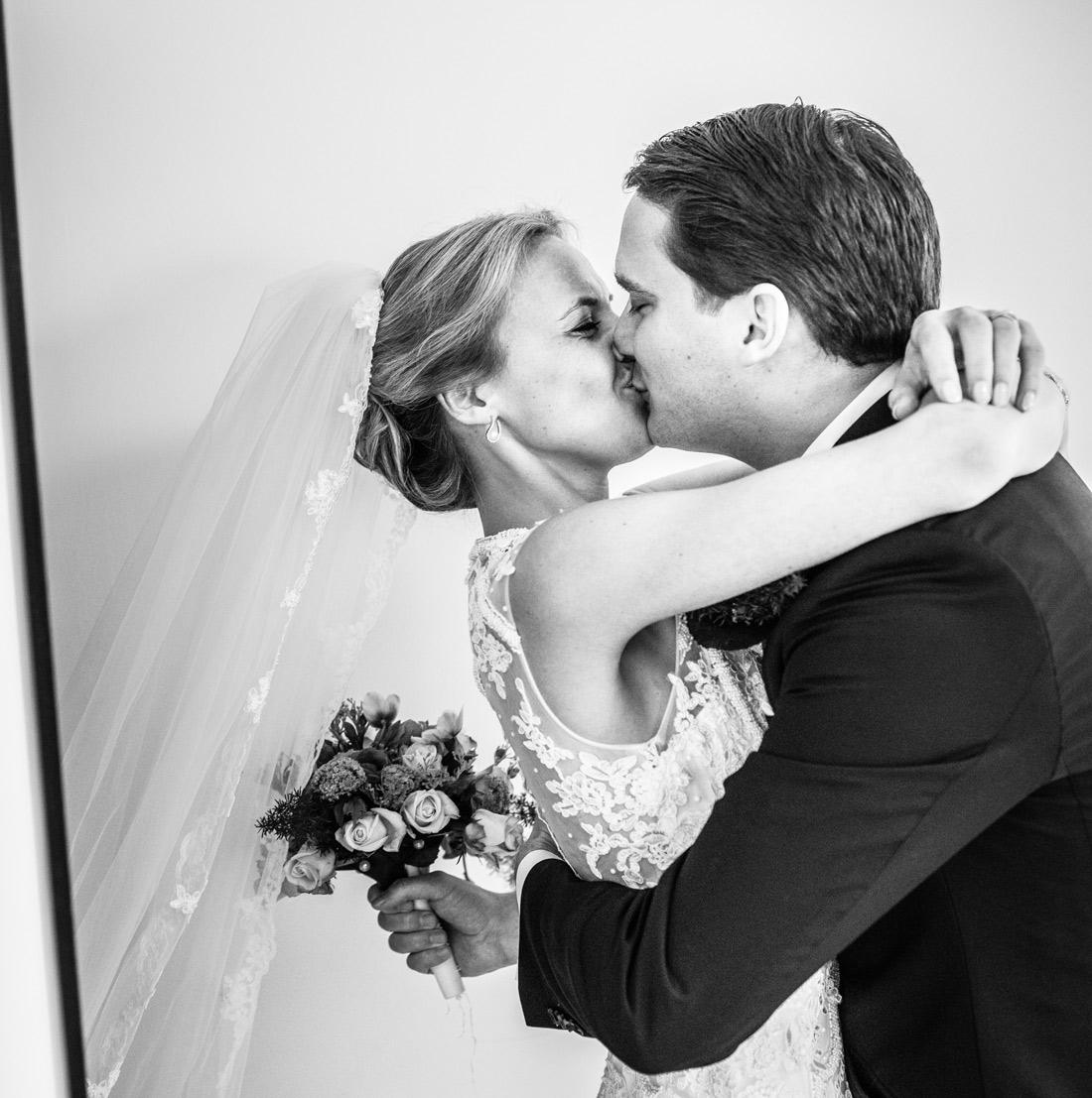 Bag-at-you---wedding---kiss